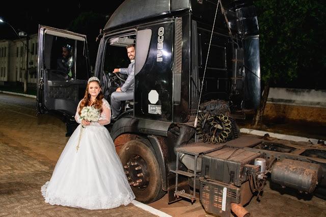 noiva chega no casamento, caminhão, caminhoneiro, caminhoneira, casamento, igreja, noiva chegando de caminhao, surpresa, noivos, casados, noivo, scania, 113h, 113, carreta,