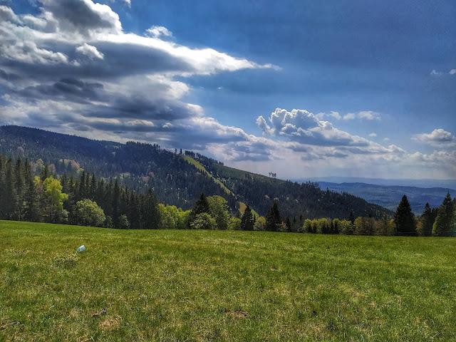 stok narciarski Rymarz, widok na Zygmuntówkę z przełęczy