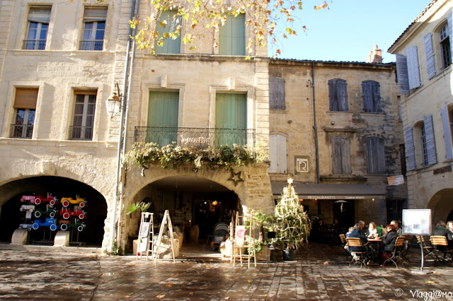 Piazza delle Erbe è la bella piazza porticata di Uzes