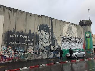 Dibujo de la cara de Leila Khalid, luchadora pro derechos humanos en el Muro que separa a alos dos países