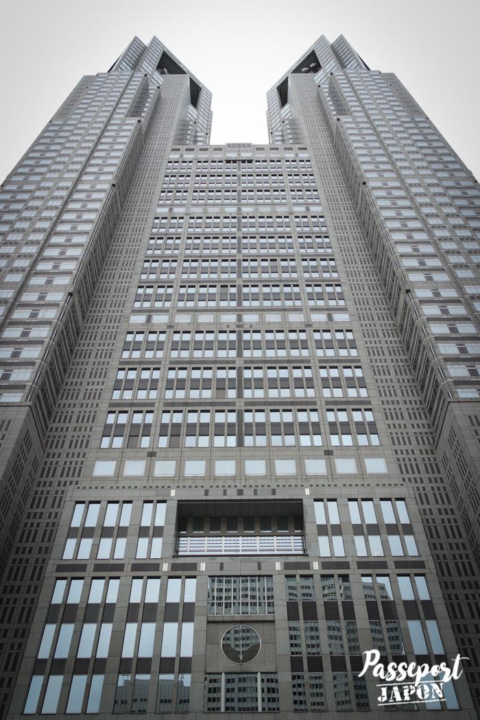 Vue en contre-plongée sur la façade de la mairie de Tokyo