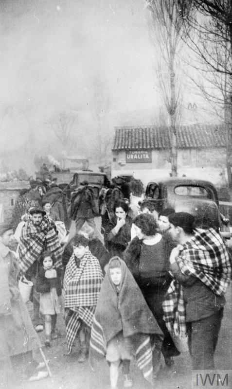 Refugees flee their homes in spanish civil war