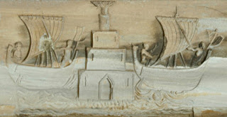 Bassorilievo posto sulla Cattedrale raffigurante due galee che escono da (forse) Porto Pisano, vedi nota [2] - Foto: Akensoft