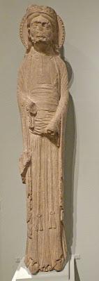 ROMÁNICO EN NUEVA YORK. THE MET. Columna-estatua de un rey