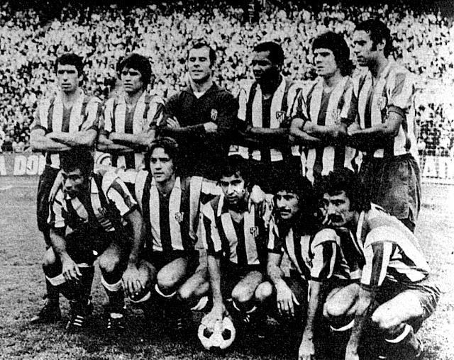 CLUB ATLÉTICO DE MADRID. Temporada 1975-76. Alberto, Marcelino, Reina, Luis Pereira, Leal y Eusebio; Baena, Leivinha, Gárate, Rubén Ayala y Capón. CLUB ATLÉTICO DE MADRID 4 U. D. SALAMANCA 1. 28/09/1975. Campeonato de Liga de 1ª División, jornada 4. Madrid, estadio Vicente Calderón: 65.000 espectadores. GOLES: 1-0: 38', Rubén Ayala. 2-0: 43', Leivinha. 3-0: 57', Leivinha. 4-0: 67', Leivinha. 4-1: 70', Víctor Soler.