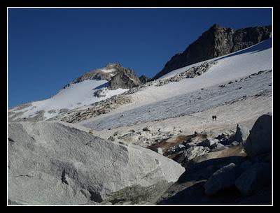 Al fondo, sobre el glaciar, el Aneto