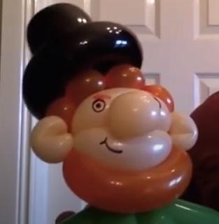 Luftballonfigur vom Lepreschaun als Dekoration.