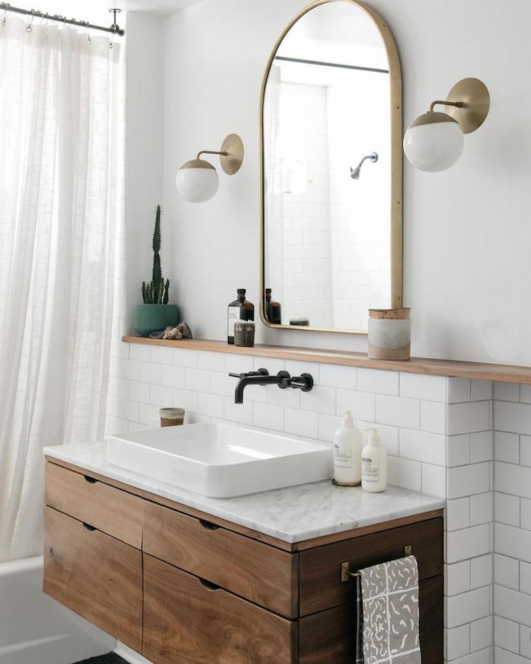Scandinavische badkamer gouden accenten
