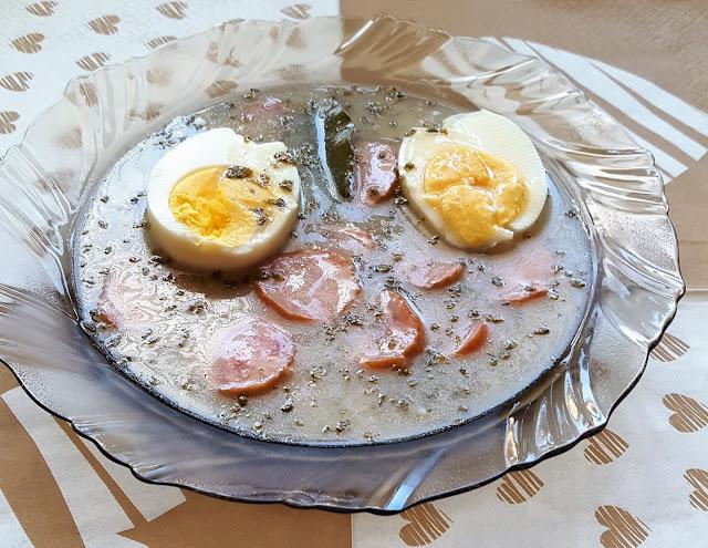 Tradycyjny żurek z kiełbasą i jajkiem
