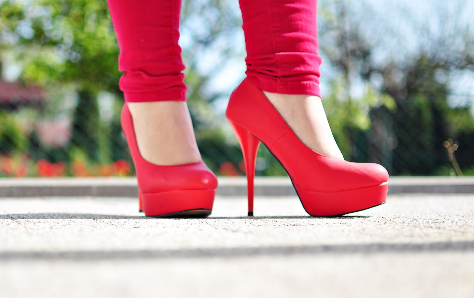 czerwone szpilki, platformy, seksowne szpilki