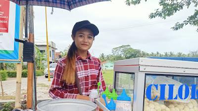 """Berparas Cantik, Denur Penjual Cilok """"Mang Jun"""" Bikin Gagal Fokus"""