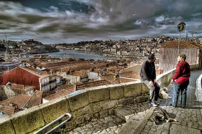 Locais conversando com o Porto ao fundo
