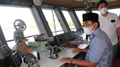 Bupati Tanjabbar Tinjau Langsung Uji Coba Sandar KMP. Surya 777 di Dermaga Pelabuhan Penyeberangan Roro