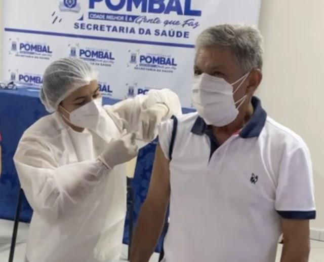 """Prefeito paraibano """"fura fila"""" e toma vacina contra Covid-19; VEJA VÍDEO"""