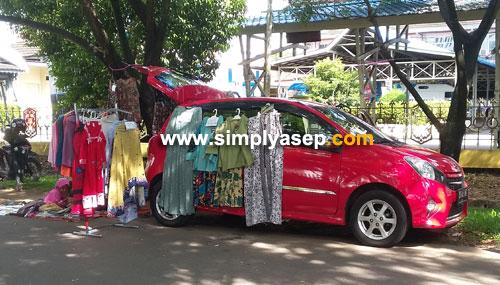 CAR SHOP :  Beberapa pelapak ada yang mengguankan mobil priadinya untuk dipakai sebagai toko berjalan di kawasan Car Free Day (CFD). Selain mudah untuk pindah tempat berjualan.  Foto Asep Haryono