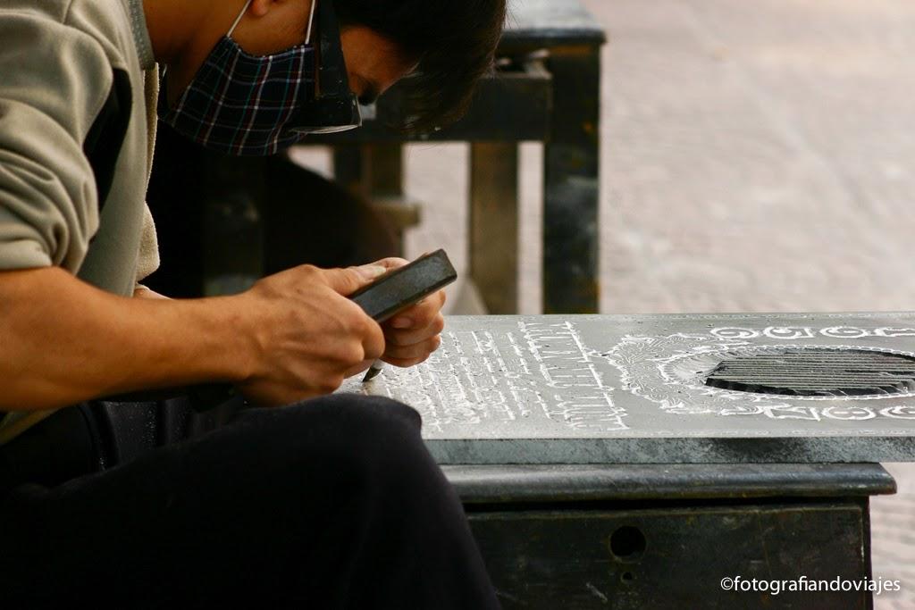 hanoi, vietnam, esculpiendo una lapida