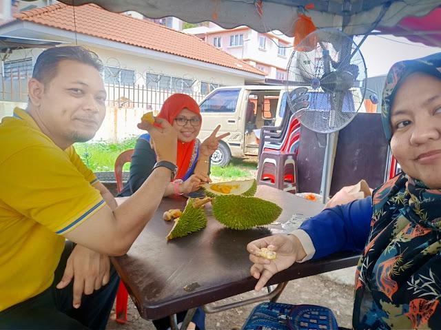 Makan durian di Taman Medan, Petaling Jaya