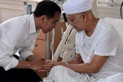 Presiden Jokowi Jenguk KH. Arifin Ilham di RSCM Sambil Nunduk