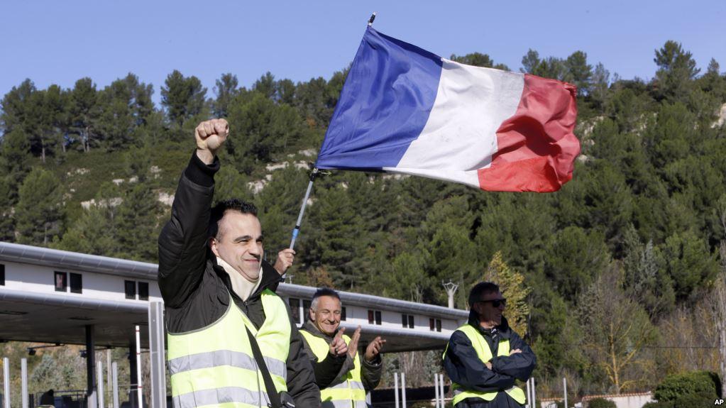 Decenas de heridos y cientos de detenidos dejó la medida de Macron en Francia / AP