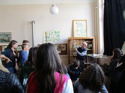 Jean Gaumet expliquant les réformes d'après-guerre : 1923, le musée scolaire obligatoire dans la classe (ici, la vipère dans le bocal !)
