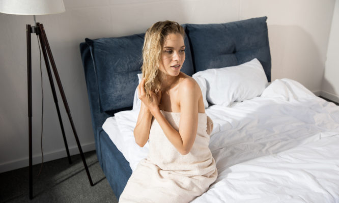 Τι μπορεί να πάθεις αν κοιμάσαι με βρεγμένα μαλλιά