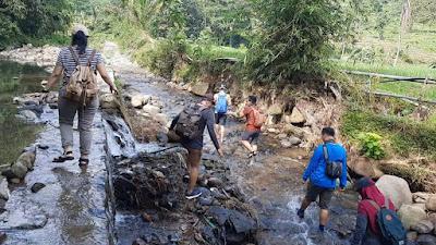 Melewati sungai saat menuju gunung rungking
