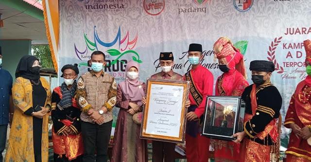 Safaruddin Bandaro Rajo Serahkan Penghargaan API 2020 untuk Lima Puluh Kota ke Koto Tinggi.lelemuku.com.jpg