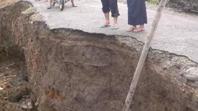 Jalan lintas Tamiang putus Total