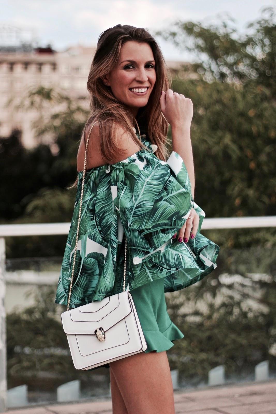 blusa hojas hombros al aire