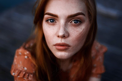 Chica con impresionantes ojos mirando a cámara