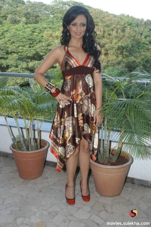 Roshni Chopra Sexy Images