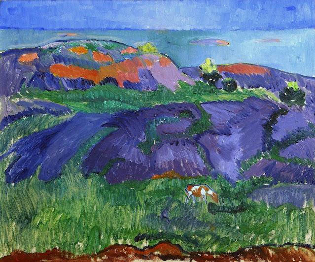 Ilta Mac Elliot -saarella: Voimakkain värein maalattu maisema. Etualalla lehmä, keskellä kallioita ja takana meri luotoineen.