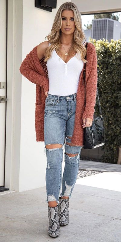 Are you wondering which pieces of clothing are in style this winter? Here we've prepared a complete list of the best winter fashion lookbook. Women's Outfit Ideas via higiggle.com | pink cardigan | #winterstyle #fashion #cardigan
