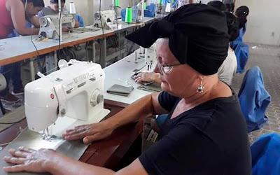Mercado de trabalho: mulheres recebem capacitação em corte e costura