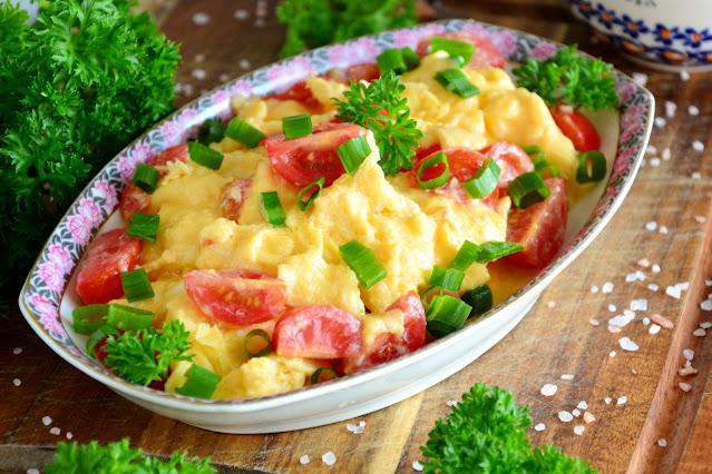 Jajecznica z pomidorami: przepis