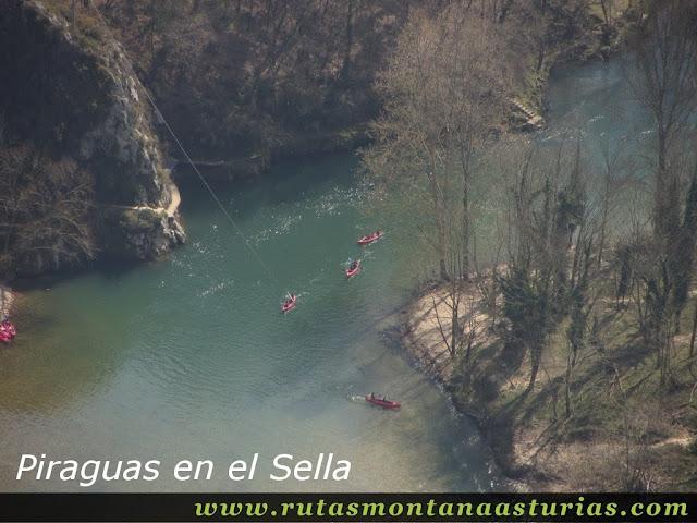 Desde Peña Llana, vista de piraguas en el río Sella