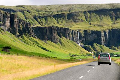 Coche en ruta por carretera en Islandia en agosto