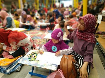 orang tua mendampingi anak saat belajar