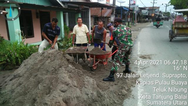 Tumbuhkan Jiwa Gotong Royong, Personel jajaran Kodim 0208/Asahan Ajak Warga Timbun Halaman Mushola