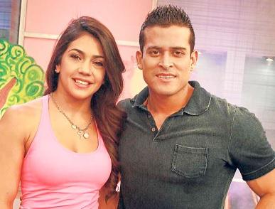 Foto de Vania Bludau posando alegre con Christian Domínguez
