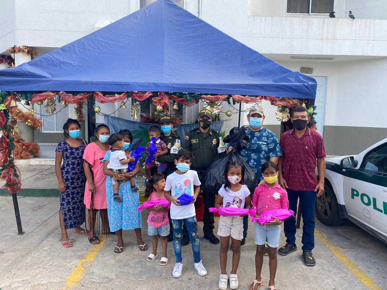 https://www.notasrosas.com/Polfa y Dian entregaron aguinaldos a niños y niñas en Riohacha y Maicao