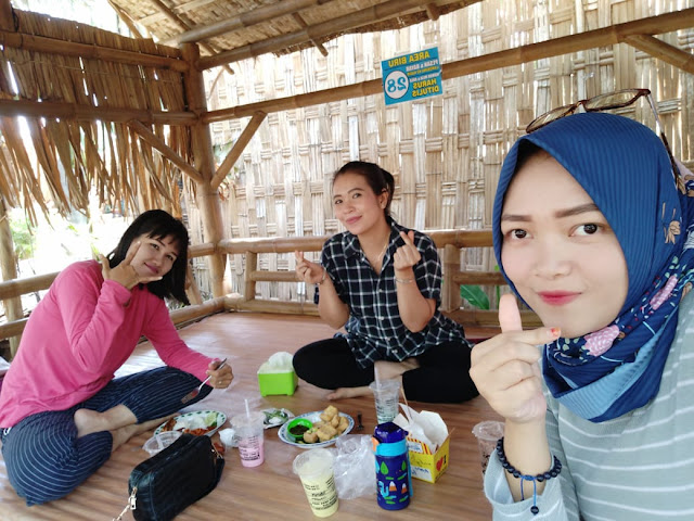 makan-bersama-cewek-kebonan-kocokin-restauran-pare-kampung-inggris-kediri-uli-armynda-rosa
