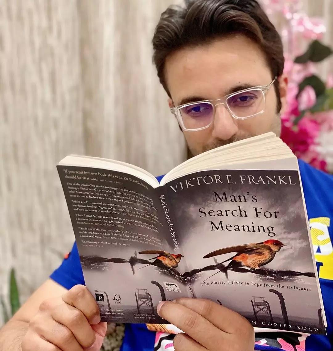 Sandeep Maheshwari reding a book