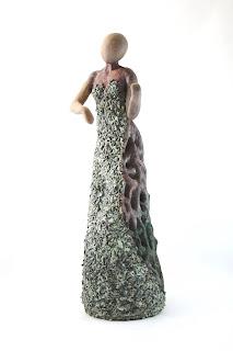 Escultura de cerámica de una mujer tocando el violín