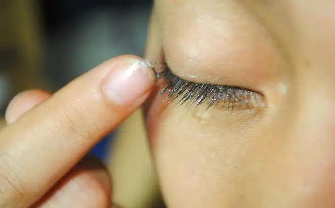 Bôi vaseline không hề có tác dụng làm lông mi mọc dài ra