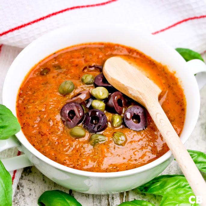 Recept: zo maak je zelf een heerlijke Italiaanse tomatensaus met olijven en kappertjes!
