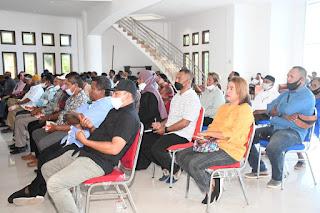 Suasana rapat koordinasi Wali Kota Tual Adam Rahayaan bersama para pemimpin wilayah pemerintahan dalam lingkup Kota Tual di Pendopo Yarler, Jumat 02/04/2021). Foto: Prokopim Tual
