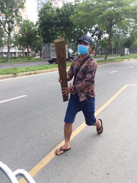 """Thanh gỗ """"pháp quyền"""" của kẻ bịt mặt đánh dân ngay chốt CSGT làm việc"""