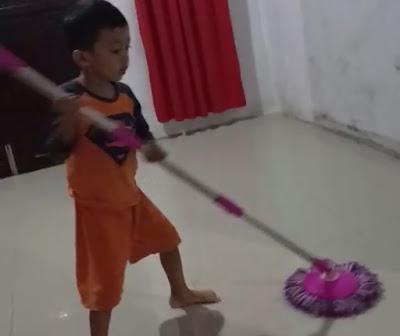 Membantu Orang Tua Kewajiban Anak di Rumah