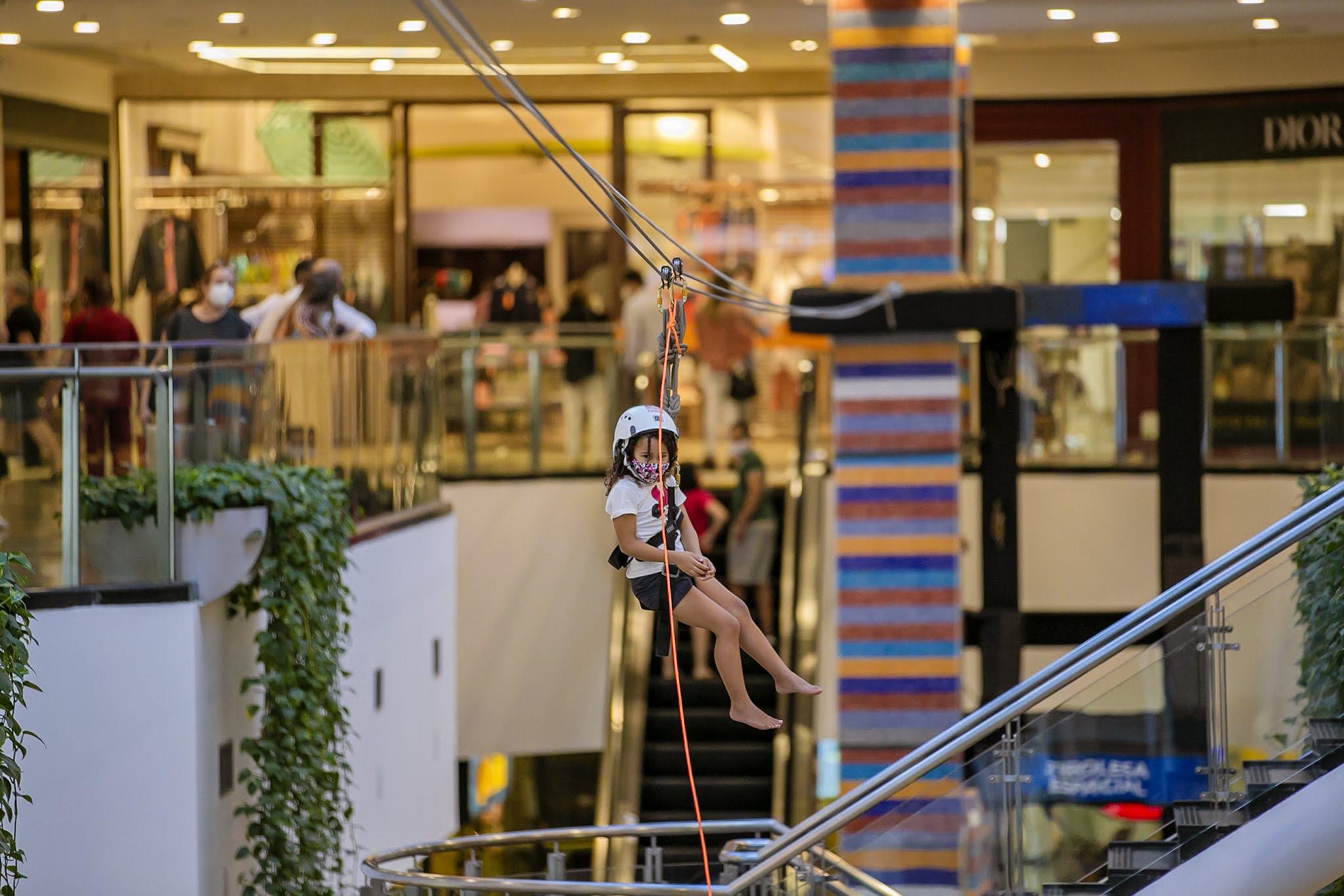Aventura no alto: Brasília Shopping promove ação de férias com tirolesa